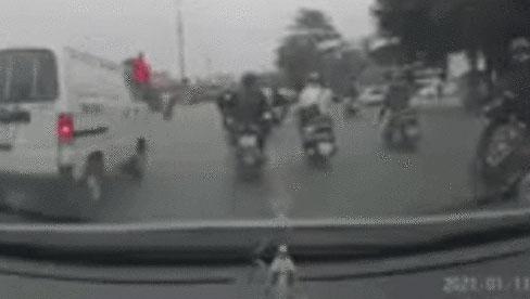 Clip: Hàng loạt xe máy bỗng ngã lăn ra giữa phố Hà Nội, dân mạng đau đầu tìm nguyên nhân