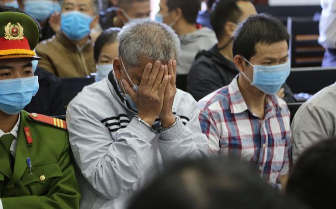Xét xử đường dây xăng dầu giả: Tòa án che rạp, bắt loa, đại gia Trịnh Sướng lấy tay che mặt trước ống kính phóng viên