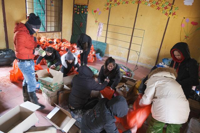 Ấm lòng những suất quà trao tặng cho học sinh nghèo Sapa trong những ngày giá rét-4