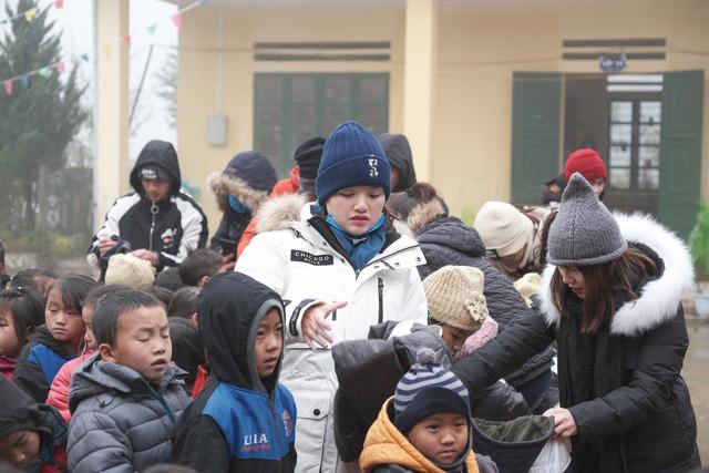Ấm lòng những suất quà trao tặng cho học sinh nghèo Sapa trong những ngày giá rét-8