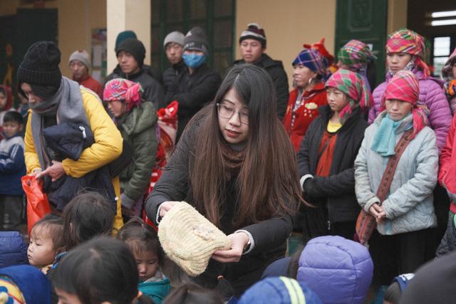 Ấm lòng những suất quà trao tặng cho học sinh nghèo Sapa trong những ngày giá rét-6
