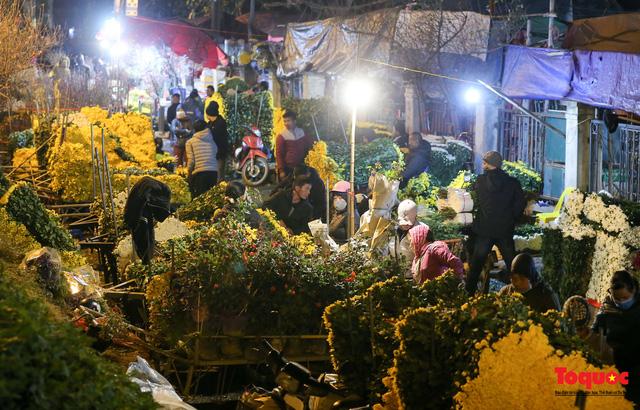 Nhộn nhịp chợ hoa đêm ngày đầu tháng Chạp-5