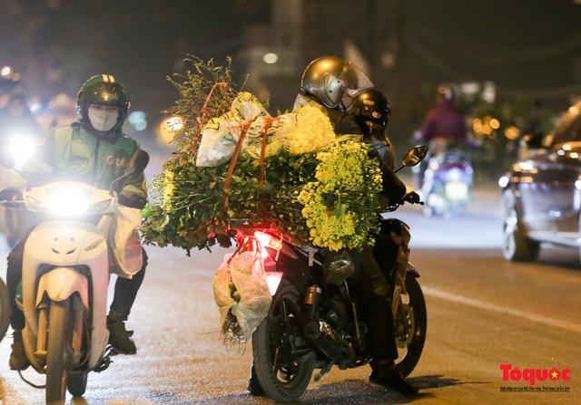 Nhộn nhịp chợ hoa đêm ngày đầu tháng Chạp-16