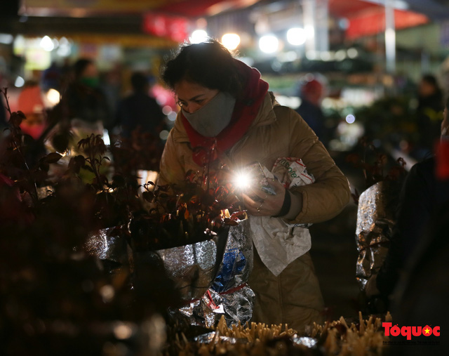 Nhộn nhịp chợ hoa đêm ngày đầu tháng Chạp-6