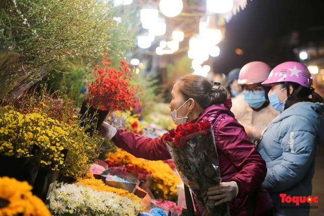 Nhộn nhịp chợ hoa đêm ngày đầu tháng Chạp-7