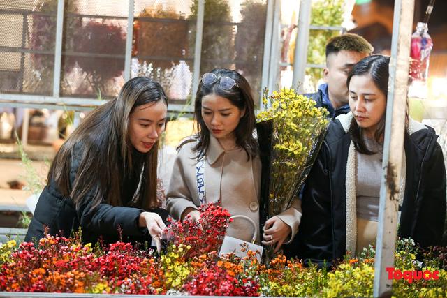 Nhộn nhịp chợ hoa đêm ngày đầu tháng Chạp-12