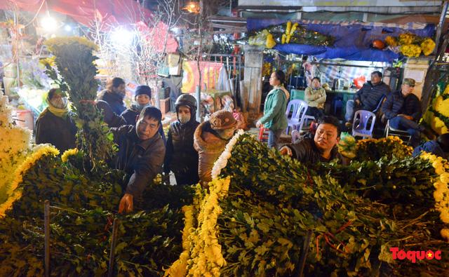 Nhộn nhịp chợ hoa đêm ngày đầu tháng Chạp-3