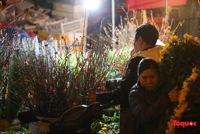 Nhộn nhịp chợ hoa đêm ngày đầu tháng Chạp-14
