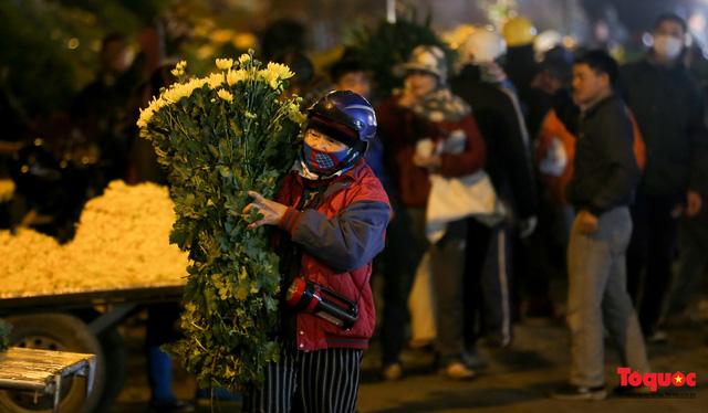 Nhộn nhịp chợ hoa đêm ngày đầu tháng Chạp-4