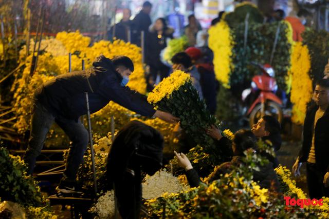 Nhộn nhịp chợ hoa đêm ngày đầu tháng Chạp-2
