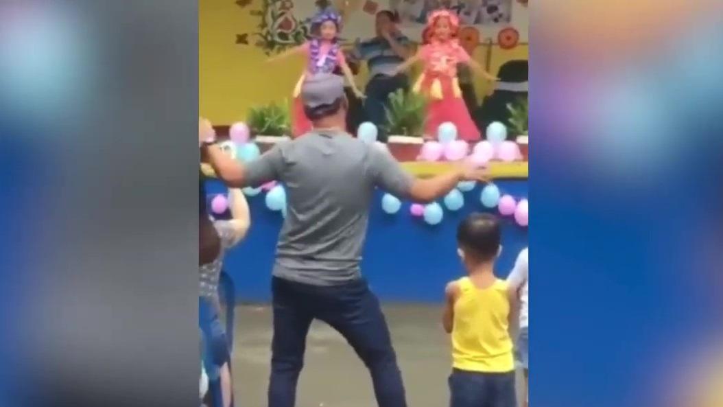 Ông bố uốn éo múa thị phạm cho con gái trên sân khấu