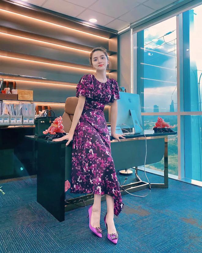 Ngắm nơi làm việc sang xịn của sao Việt: Minh Hằng, Hoàng Thuỳ Linh có phòng đẹp mê, riêng Ngọc Trinh bình dân bất ngờ-3