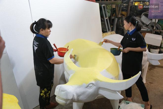 Ảnh: Cận cảnh đàn trâu đồng quê Việt Nam chuẩn bị ra đường hoa Nguyễn Huệ đón Tết Tân Sửu 2021-6