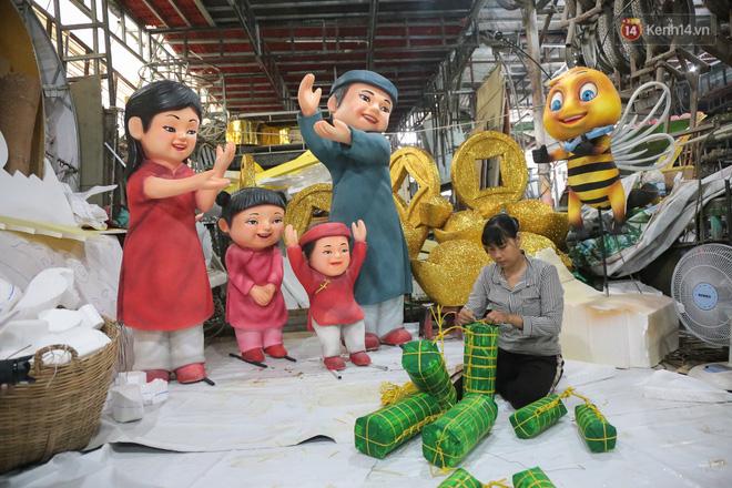 Ảnh: Cận cảnh đàn trâu đồng quê Việt Nam chuẩn bị ra đường hoa Nguyễn Huệ đón Tết Tân Sửu 2021-15