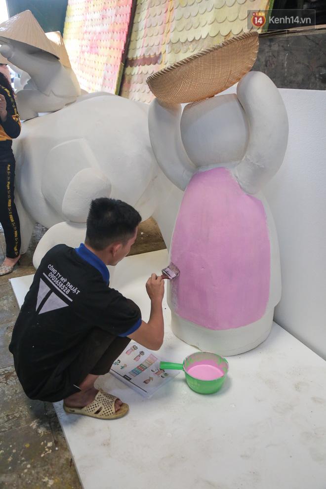 Ảnh: Cận cảnh đàn trâu đồng quê Việt Nam chuẩn bị ra đường hoa Nguyễn Huệ đón Tết Tân Sửu 2021-7