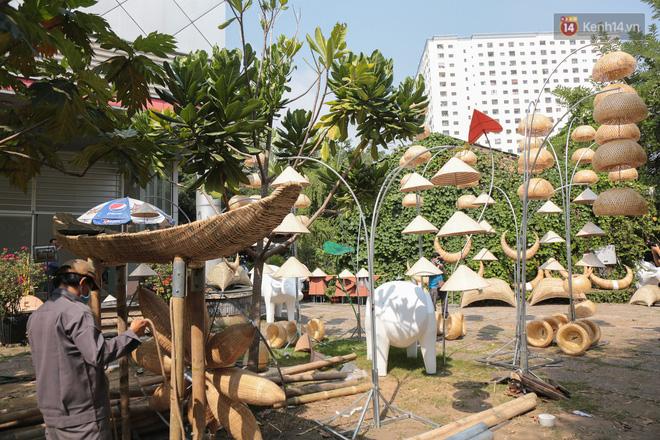 Ảnh: Cận cảnh đàn trâu đồng quê Việt Nam chuẩn bị ra đường hoa Nguyễn Huệ đón Tết Tân Sửu 2021-18