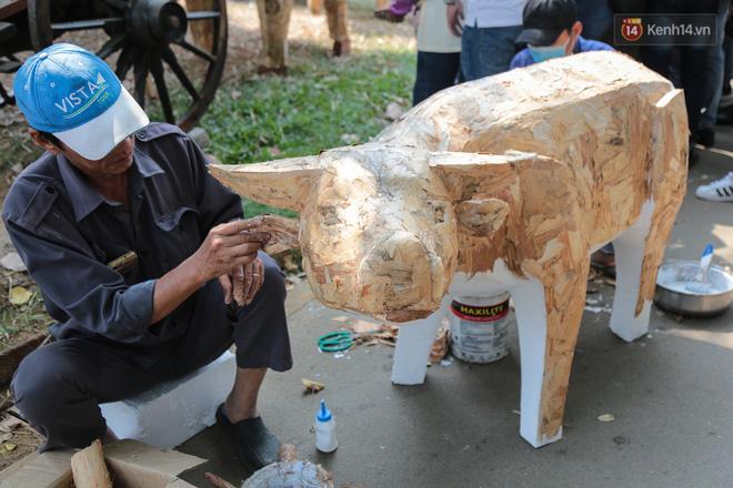 Ảnh: Cận cảnh đàn trâu đồng quê Việt Nam chuẩn bị ra đường hoa Nguyễn Huệ đón Tết Tân Sửu 2021-21