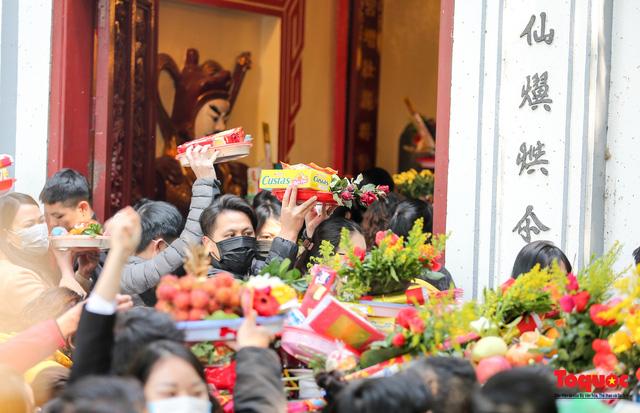 Người Hà Nội đi lễ Phủ Tây Hồ ngày mùng 1 cuối cùng trong năm Canh Tý-7
