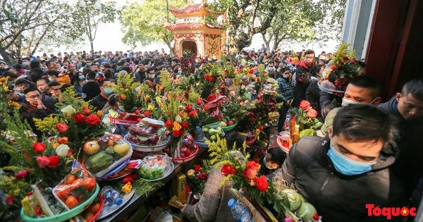Người Hà Nội đi lễ Phủ Tây Hồ ngày mùng 1 cuối cùng trong năm Canh Tý