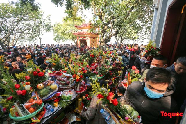 Người Hà Nội đi lễ Phủ Tây Hồ ngày mùng 1 cuối cùng trong năm Canh Tý-11