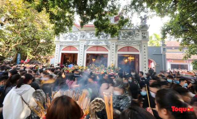 Người Hà Nội đi lễ Phủ Tây Hồ ngày mùng 1 cuối cùng trong năm Canh Tý-1