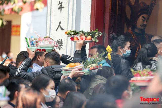 Người Hà Nội đi lễ Phủ Tây Hồ ngày mùng 1 cuối cùng trong năm Canh Tý-6