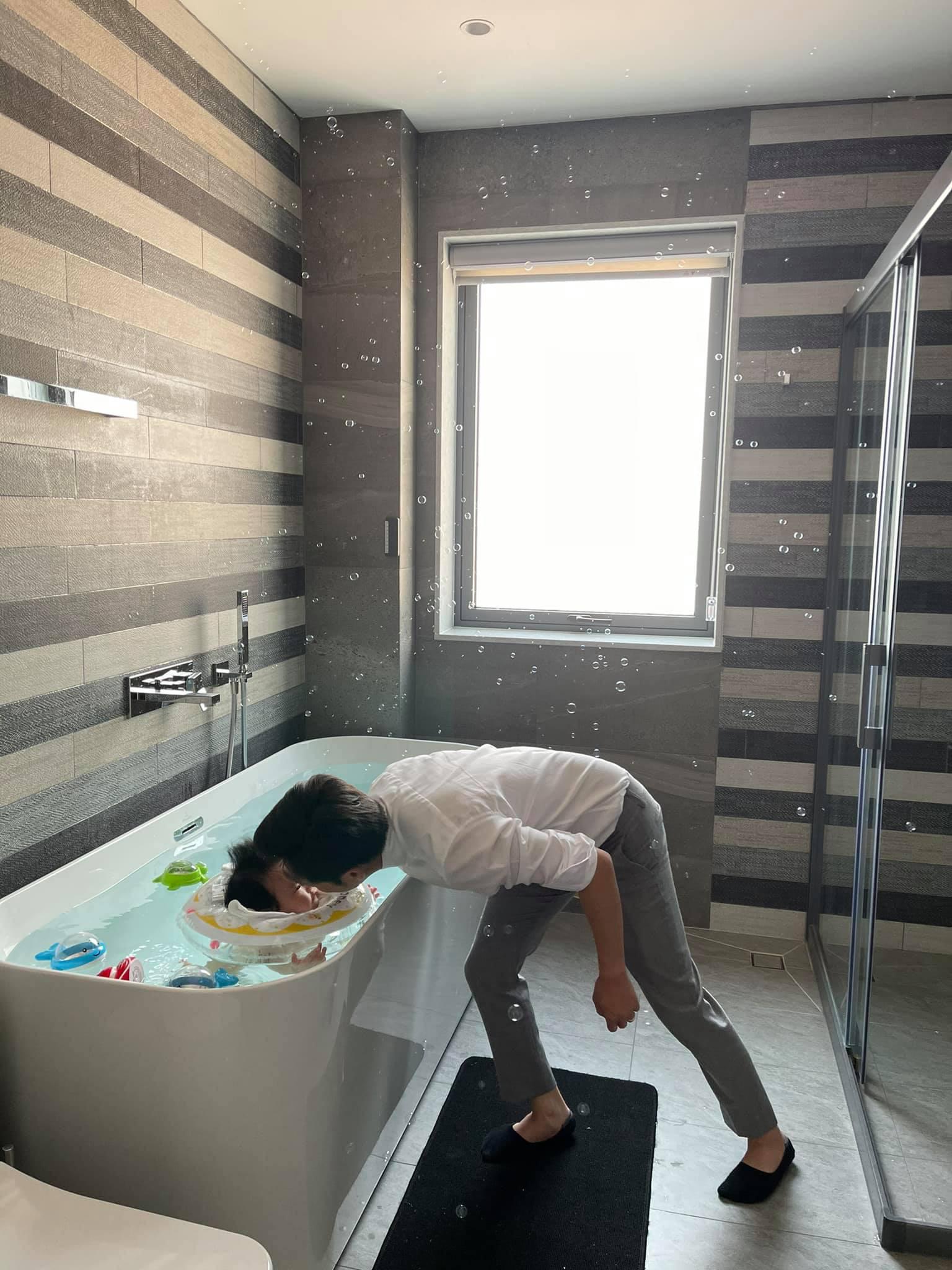 """Đàm Thu Trang đào"""" lại loạt ảnh du lịch với Subeo, Cường Đô La bình luận 1 câu là biết cưng ái nữ mới sinh thế nào-5"""