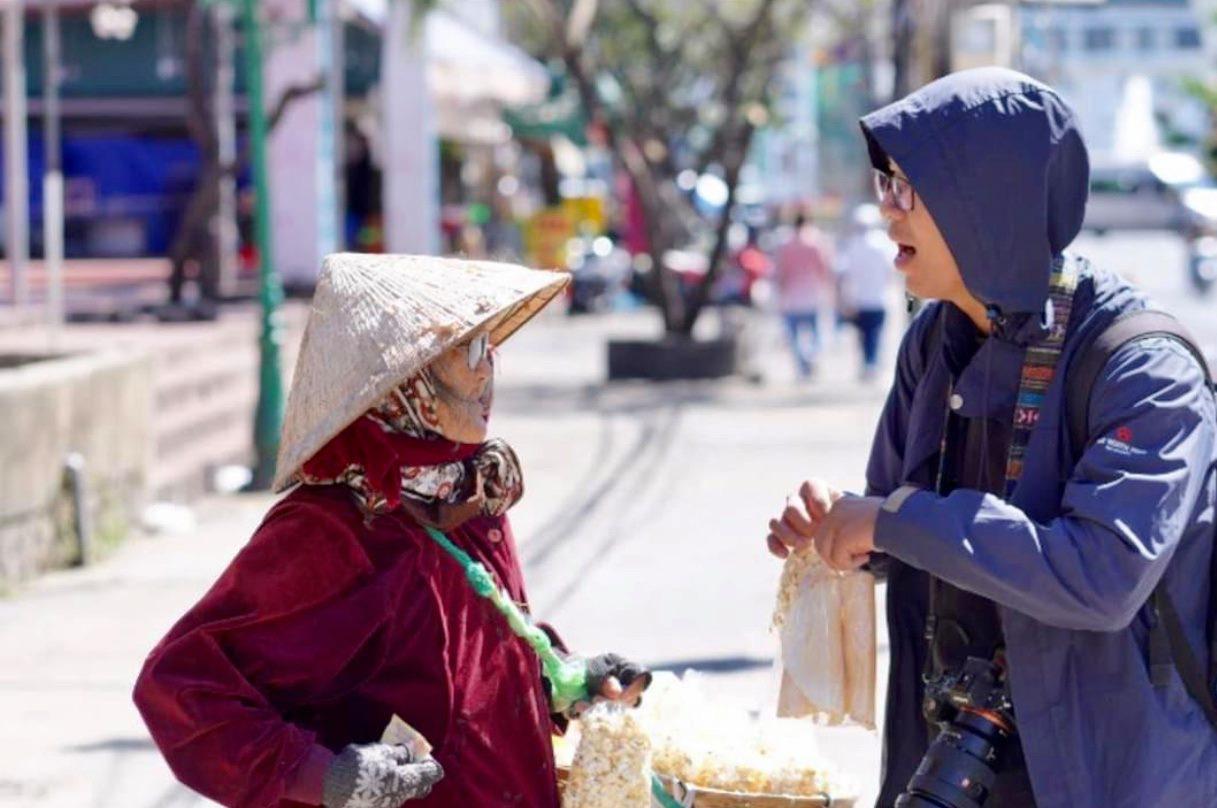 Gặp bà cụ 94 tuổi bán bỏng ngô dạo khắp Đà Lạt: Mỗi bức ảnh là câu chuyện khiến người ta cảm động-3