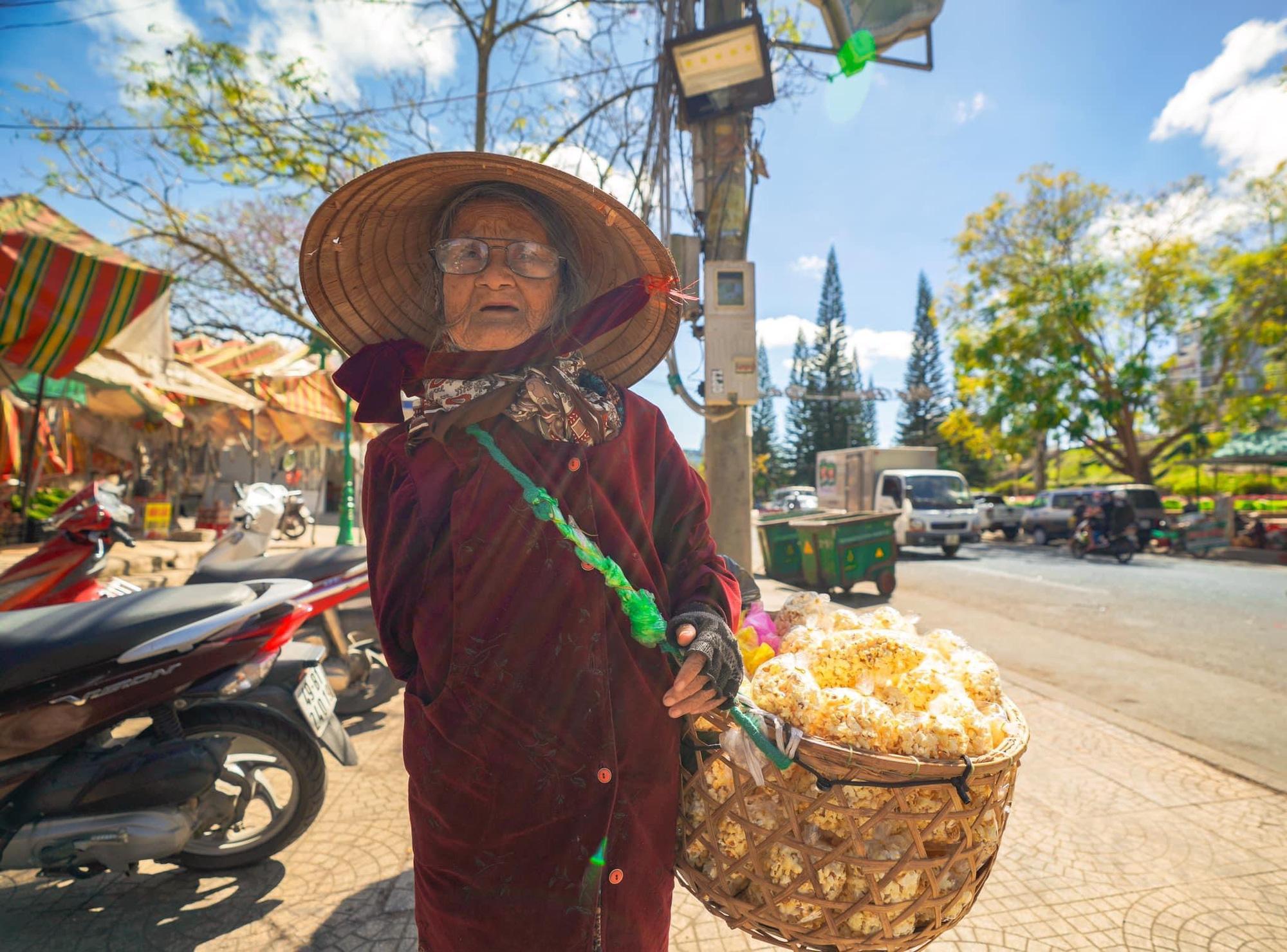 Gặp bà cụ 94 tuổi bán bỏng ngô dạo khắp Đà Lạt: Mỗi bức ảnh là câu chuyện khiến người ta cảm động-8