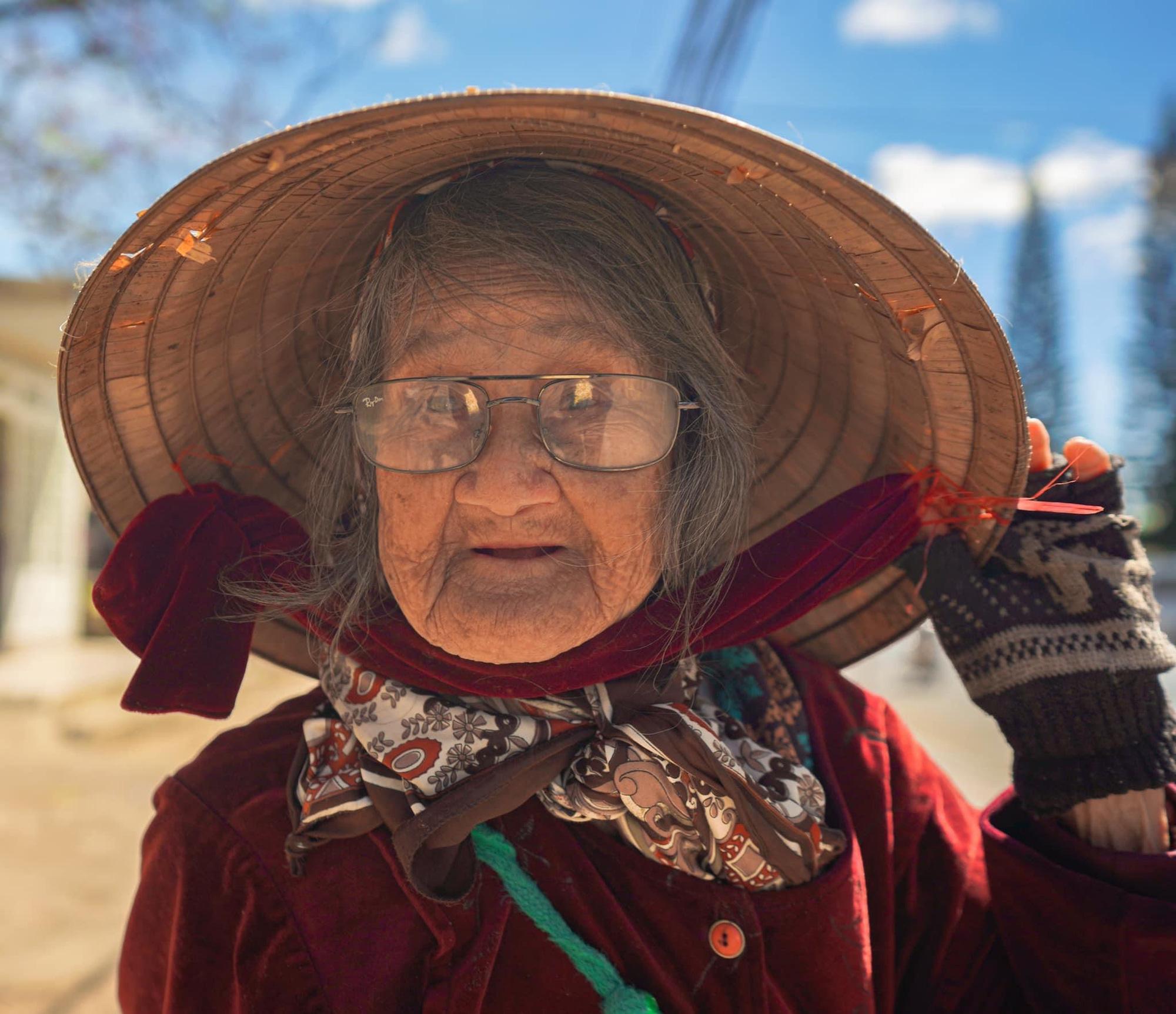 Gặp bà cụ 94 tuổi bán bỏng ngô dạo khắp Đà Lạt: Mỗi bức ảnh là câu chuyện khiến người ta cảm động-1