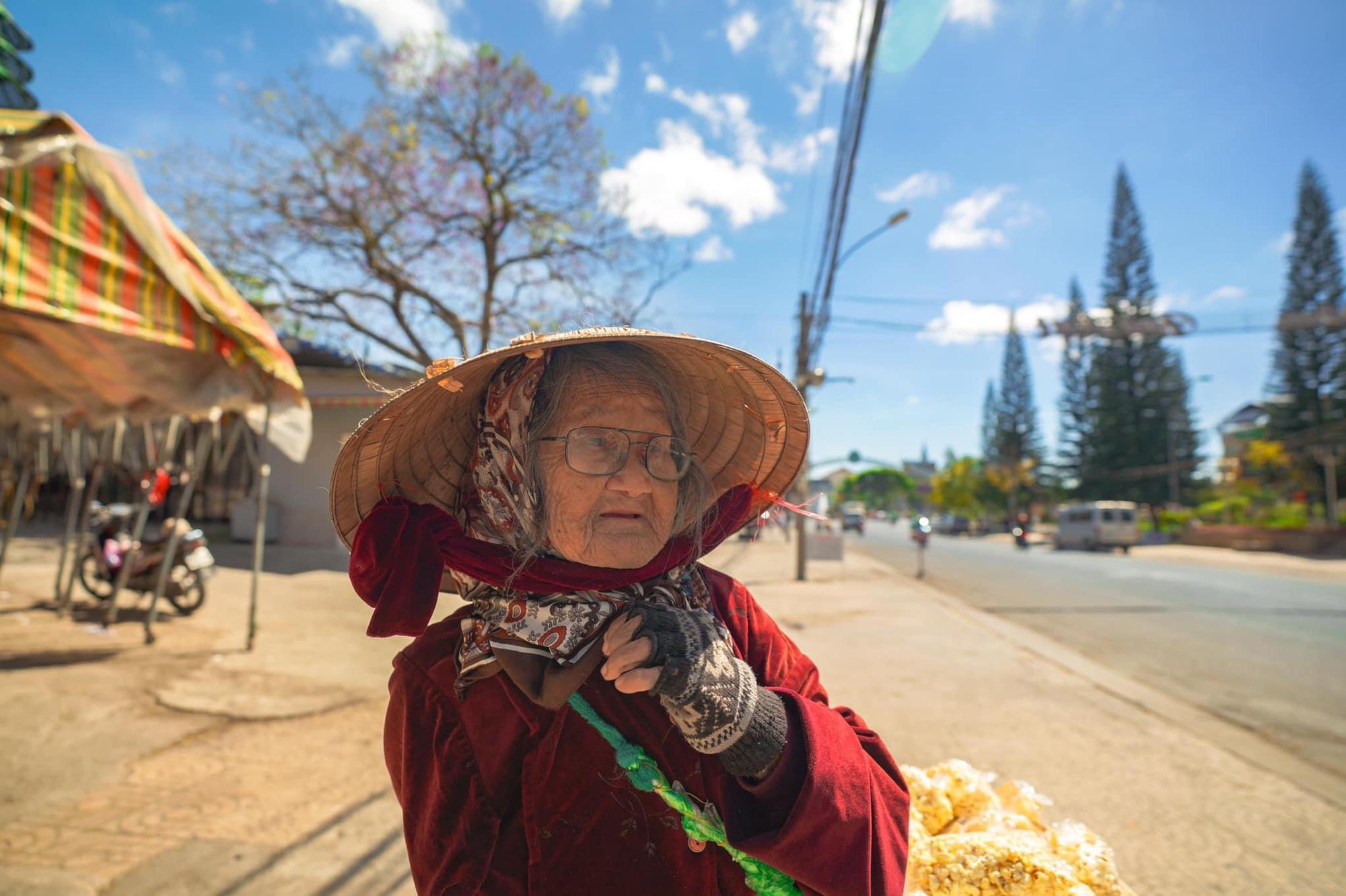 Gặp bà cụ 94 tuổi bán bỏng ngô dạo khắp Đà Lạt: Mỗi bức ảnh là câu chuyện khiến người ta cảm động-7