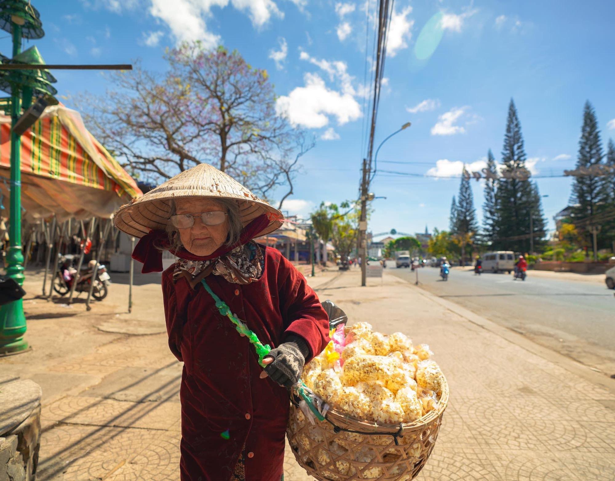 Gặp bà cụ 94 tuổi bán bỏng ngô dạo khắp Đà Lạt: Mỗi bức ảnh là câu chuyện khiến người ta cảm động-5