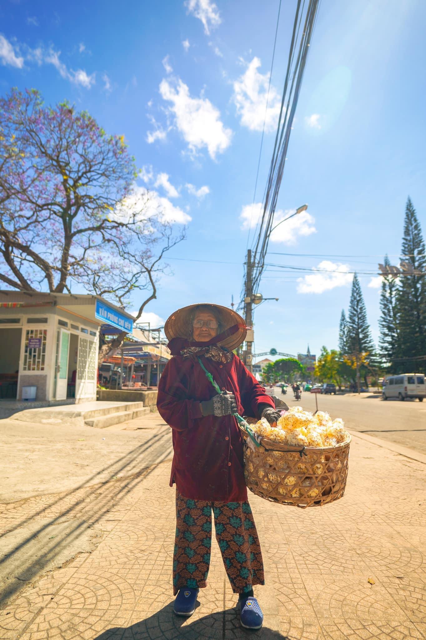Gặp bà cụ 94 tuổi bán bỏng ngô dạo khắp Đà Lạt: Mỗi bức ảnh là câu chuyện khiến người ta cảm động-6