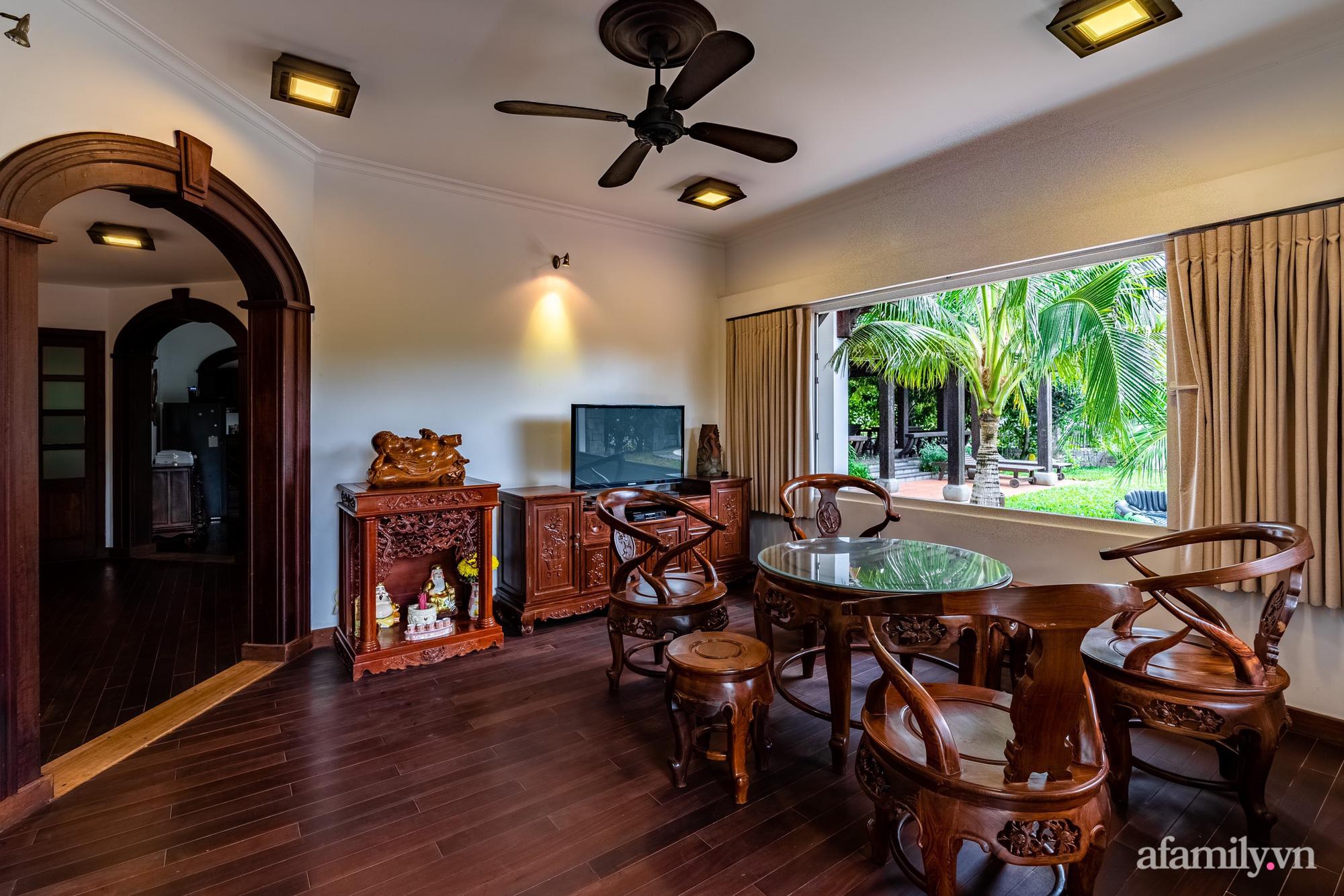 Căn nhà vườn xây 10 năm vẫn đẹp hút mắt với nội thất gỗ và cây xanh quanh nhà ở Nha Trang-11