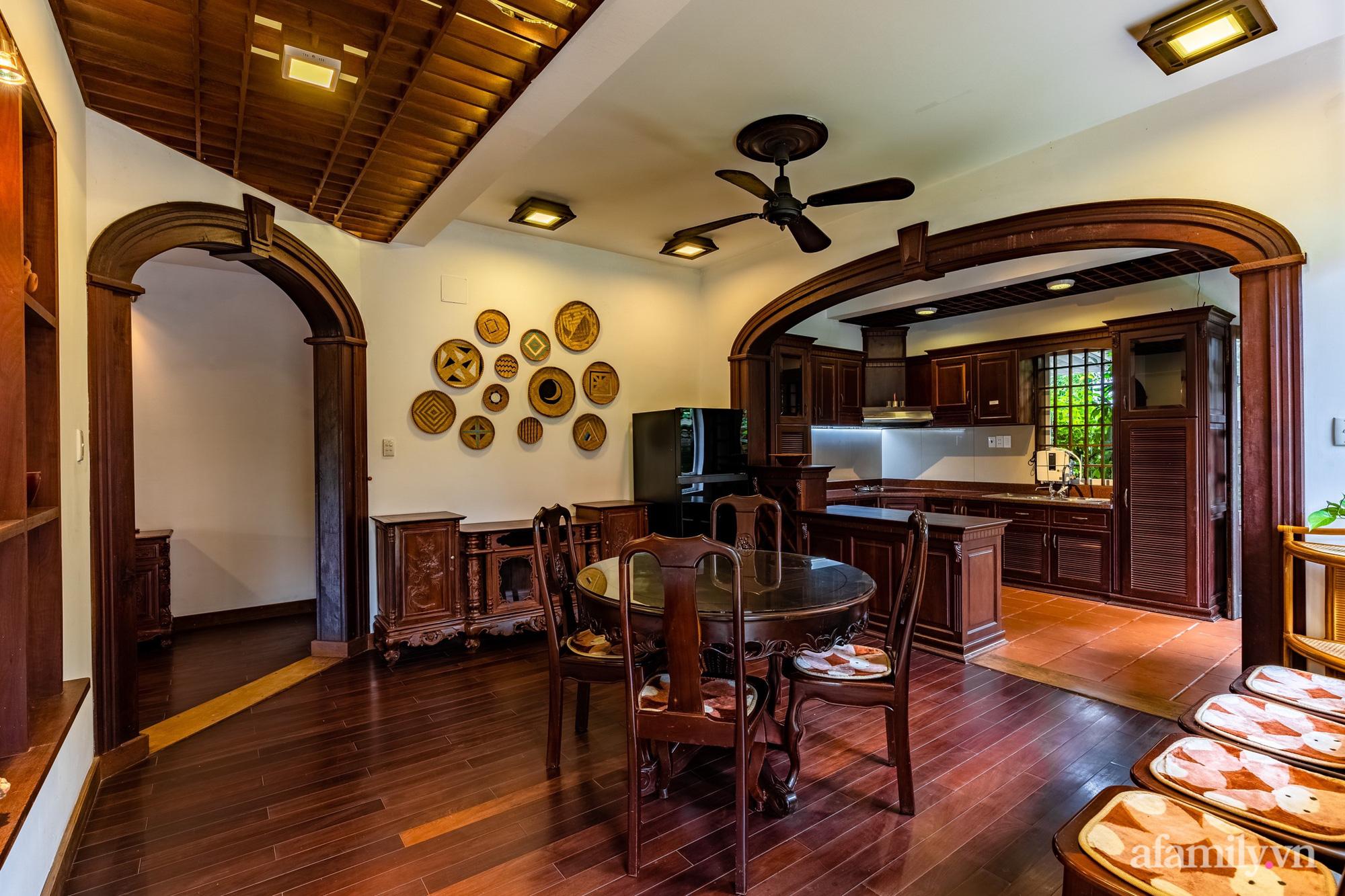Căn nhà vườn xây 10 năm vẫn đẹp hút mắt với nội thất gỗ và cây xanh quanh nhà ở Nha Trang-10