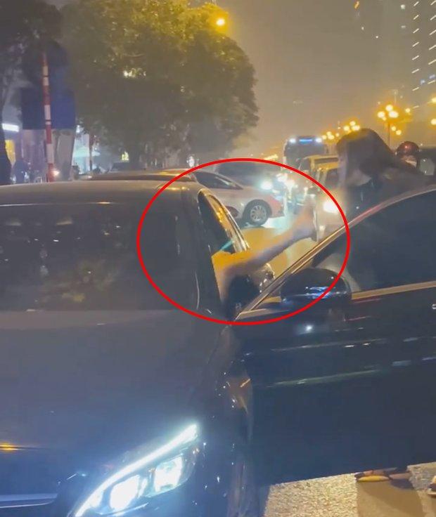 Người phụ nữ chặn xe Mercedes giữa đường phố Hà Nội nghi do bị bạn tốt cướp chồng, cú đá của cô gái trẻ từ ô tô gây chú ý-2