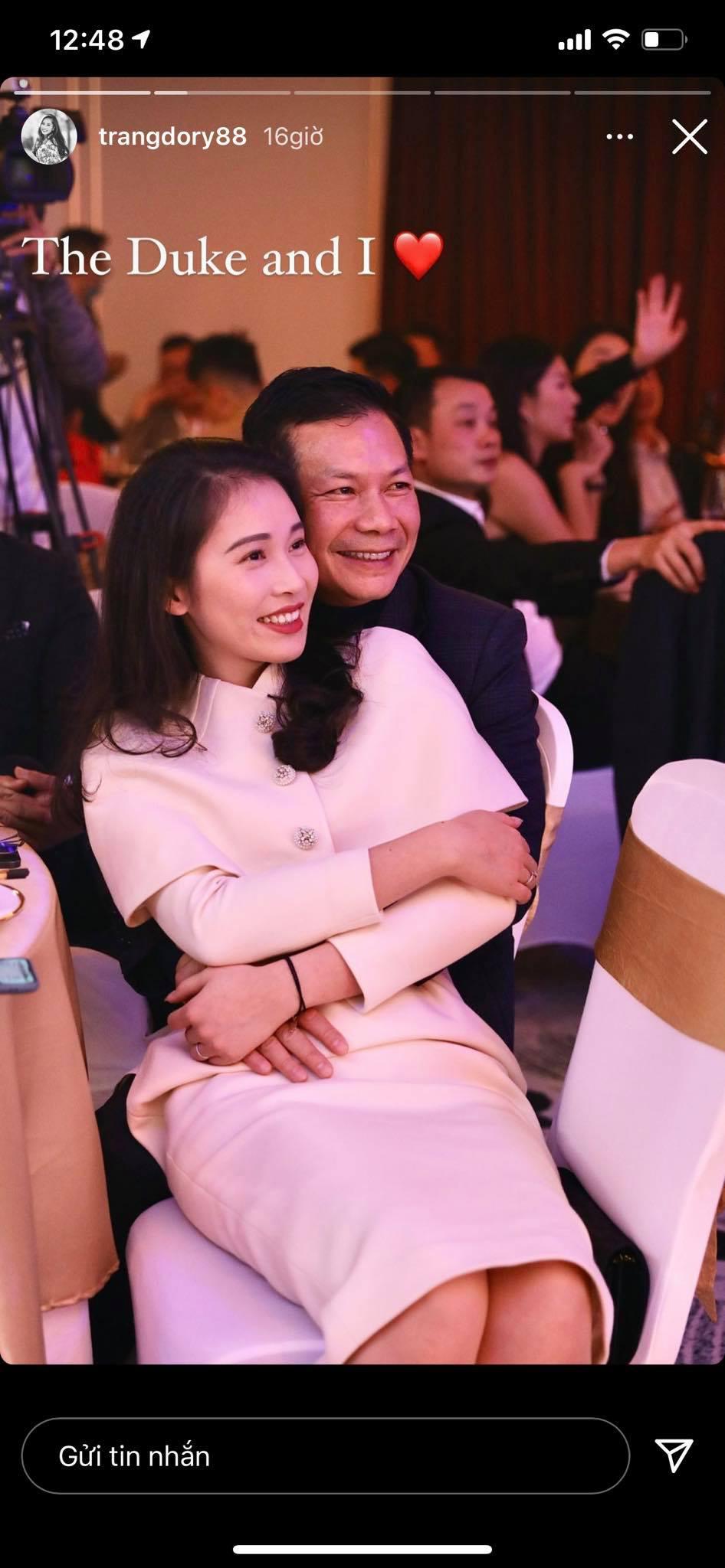 Không hổ danh đệ nhất lãng mạn, Shark Hưng khiến dân tình đỏ mặt trước khoảnh khắc tình tứ như thanh niên đôi mươi với vợ Á hậu-1