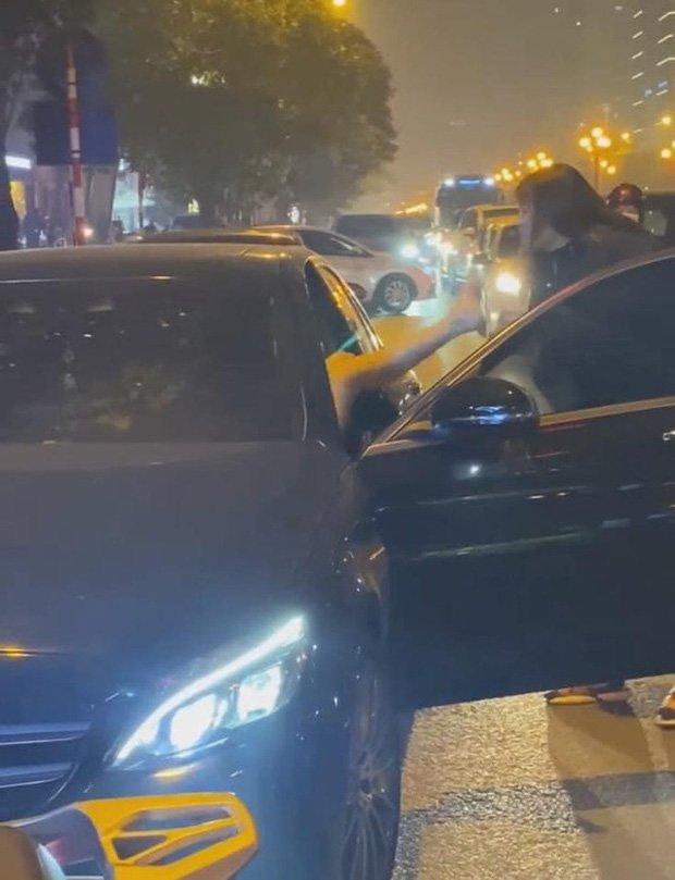 Vụ người phụ nữ chặn đầu xe Mercedes đánh ghen trên phố Hà Nội: Khi cảnh sát đến đã giải tán-2