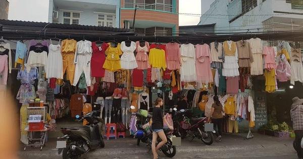 Cả một dãy phố bán quần áo đều dùng chung chiếc dây treo miễn phí, nhìn kỹ mới thấy hóa ra làm vậy cực dễ gây nguy hiểm
