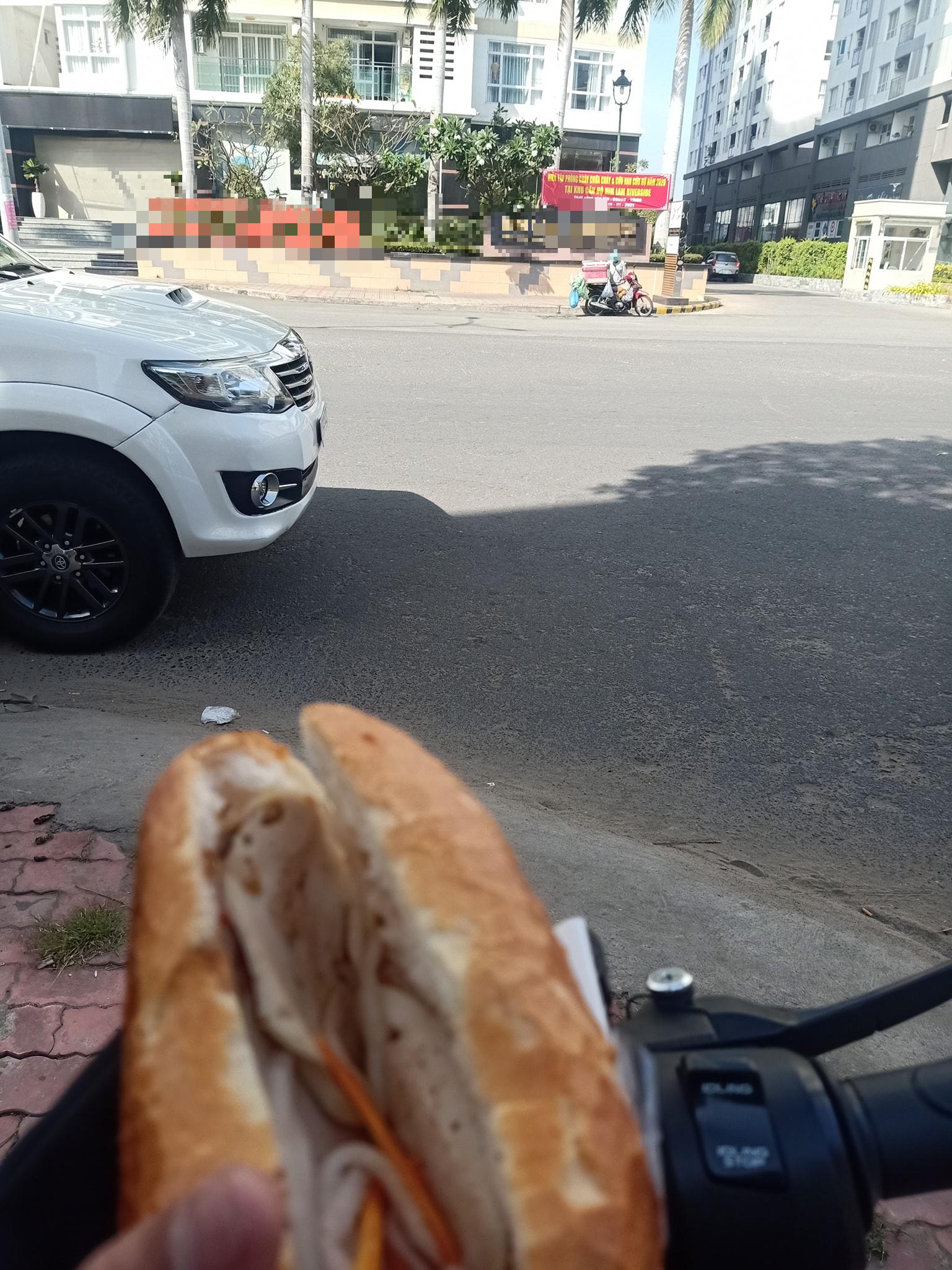 Mua bánh mì giá cắt cổ ở khu người giàu, anh tài xế xe ôm công nghệ sốc nhẹ, cả ngày chỉ cầm chứ không dám ăn -2