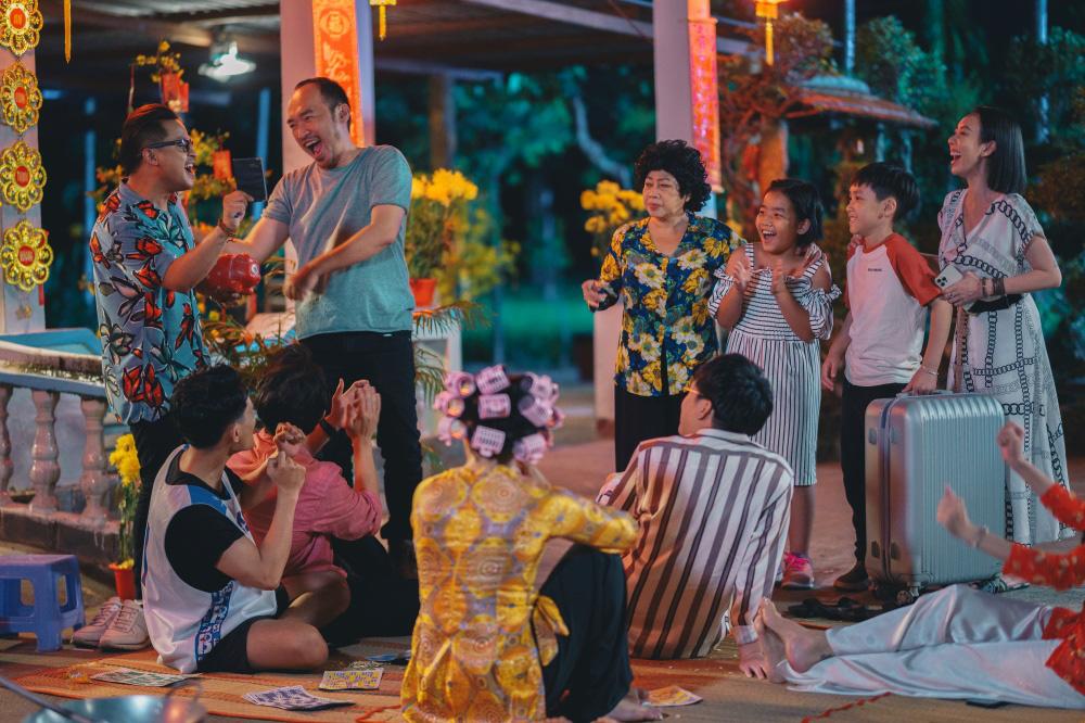 Tiến Luật ăn gan trời, giấu Thu Trang giữ quỹ đen ở Tết Đến Rồi Về Nhà Thôi 4-1