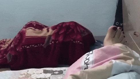 Dỗi vợ, chồng nhất quyết ôm chăn nằm dưới đất nhưng chỉ 1 câu nói của chị nhà đã khiến anh