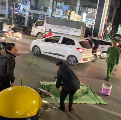 Vụ xe máy tông tử vong cụ bà khi qua đường ở Hà Nội: Thêm một nữ sinh tử vong, công an trích xuất camera điều tra-1