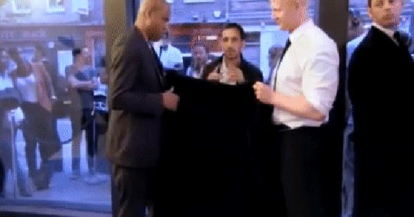 Màn ảo thuật đi xuyên qua kính của ảo thuật gia khiến danh thủ Rio Ferdinand
