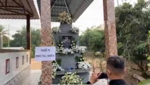 Tro cốt của cố ca sĩ Vân Quang Long về đến Đồng Tháp, gia đình tổ chức lễ an táng ấm cúng-3