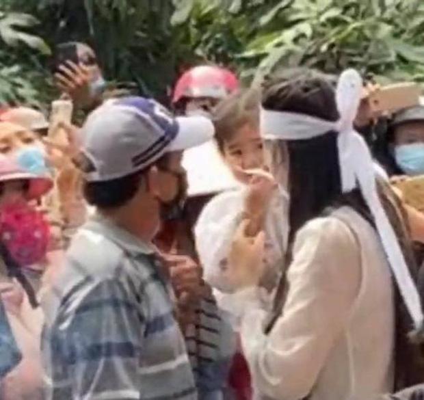Lễ an táng ca sĩ Vân Quang Long tại Đồng Tháp: Linh Lan bật khóc cùng con gái xuất hiện ở lễ tang-3