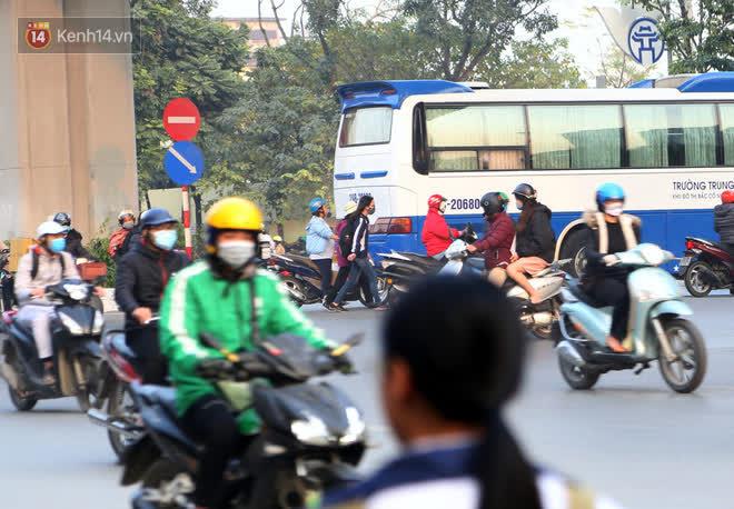 Hà Nội: Sau vụ tai nạn khiến 2 nạn nhân tử vong thương tâm, nhiều người vẫn bất chấp băng qua dòng xe như mắc cửi trên đường Nguyễn Trãi-11
