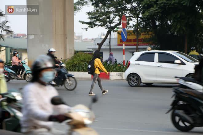 Hà Nội: Sau vụ tai nạn khiến 2 nạn nhân tử vong thương tâm, nhiều người vẫn bất chấp băng qua dòng xe như mắc cửi trên đường Nguyễn Trãi-4