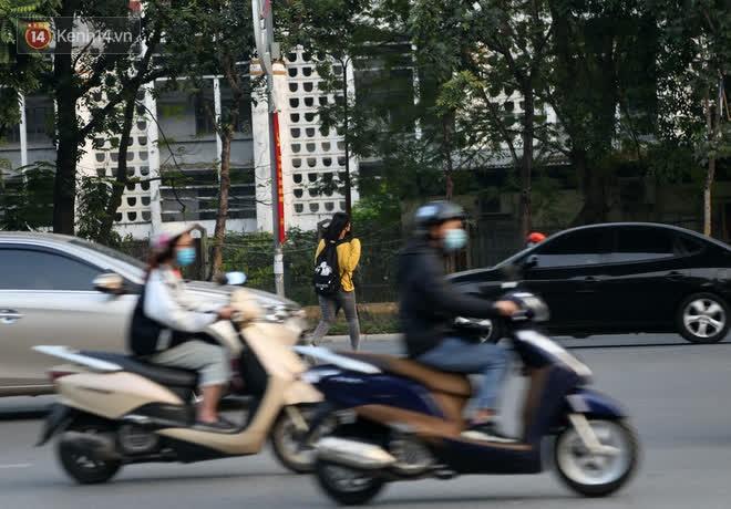 Hà Nội: Sau vụ tai nạn khiến 2 nạn nhân tử vong thương tâm, nhiều người vẫn bất chấp băng qua dòng xe như mắc cửi trên đường Nguyễn Trãi-5