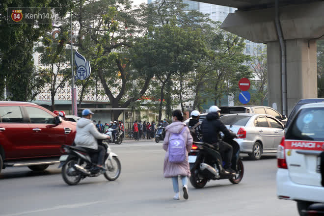 Hà Nội: Sau vụ tai nạn khiến 2 nạn nhân tử vong thương tâm, nhiều người vẫn bất chấp băng qua dòng xe như mắc cửi trên đường Nguyễn Trãi-6